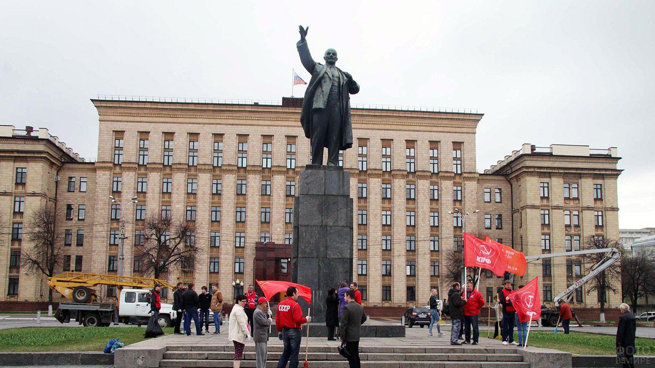Активисты КПРФ у памятника Ленину в Воронеже