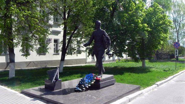Цветы у воронежского памятника Военному почтальону