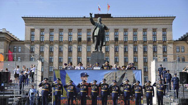 Курсанты воронежской военно-воздушной академии у памятника Ленину