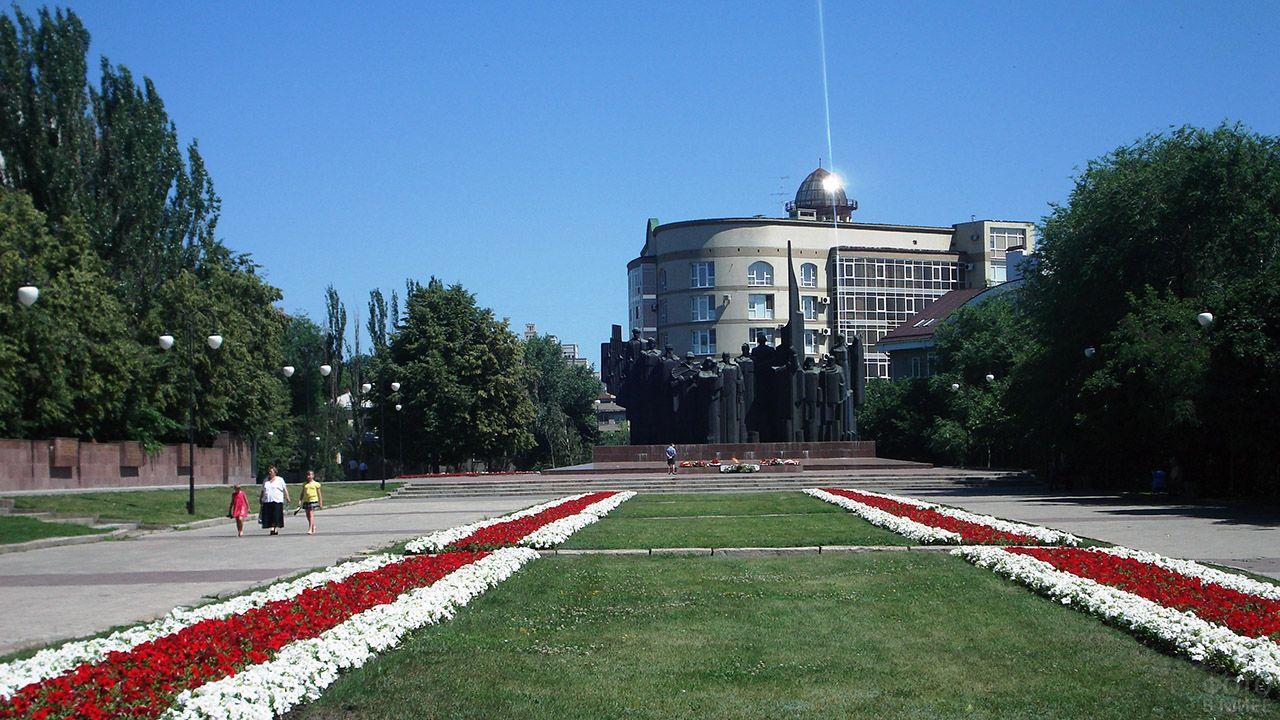 Общий вид воронежской площади Победы с Мемориалом Вечного огня