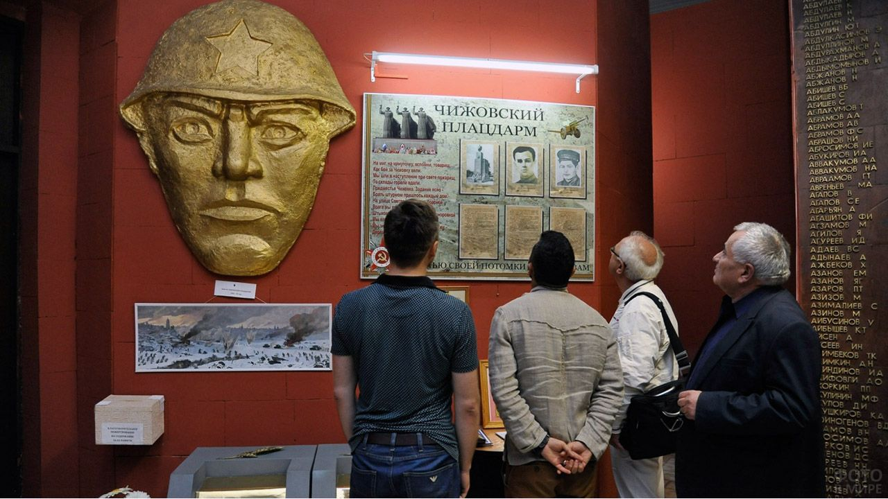 Открытие памятной доски герою Чижовского плацдарма Лазарю Дзотову