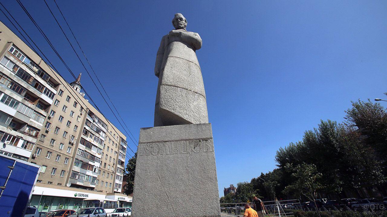 Памятник Кольцову на Советской площади Воронежа