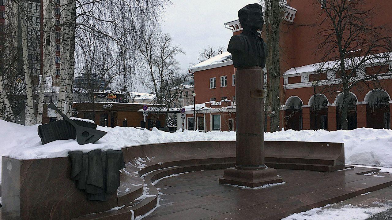 Памятник поэту Митрофану Пятницкому под берёзами воронежского заснеженного сквера