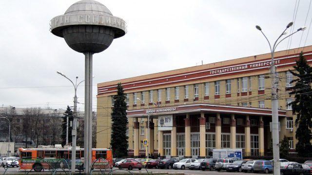 Памятник пролетариата у здания Воронежского государственного университета