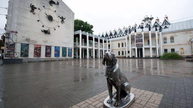 Площадь перед Воронежским детским театром кукол с памятником Биму