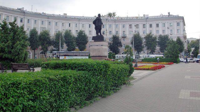 Привокзальная площадь с памятником Черняховскому в Воронеже