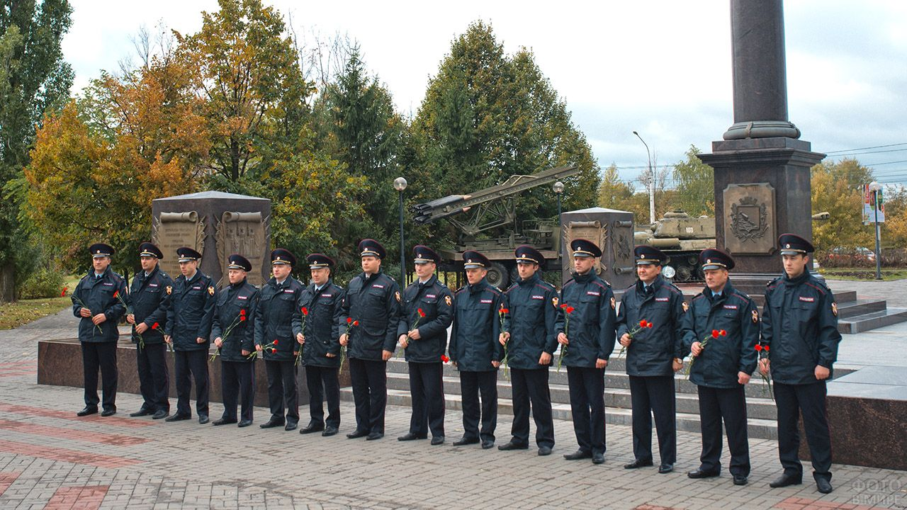 Сотрудники вневедомственной охраны у мемориала в воронежском парке Патриотов