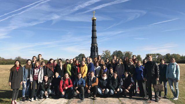 Студенты у стелы заповедника имени Пескова в Воронежской области