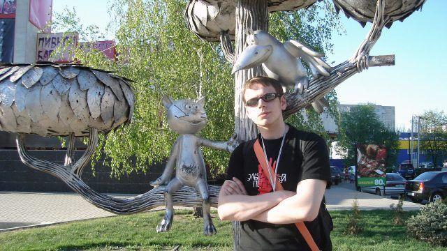 Турист фотографируется на фоне памятника Котёнку с улицы Лизюкова