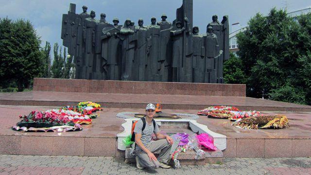 Турист у вечного огня в Воронеже
