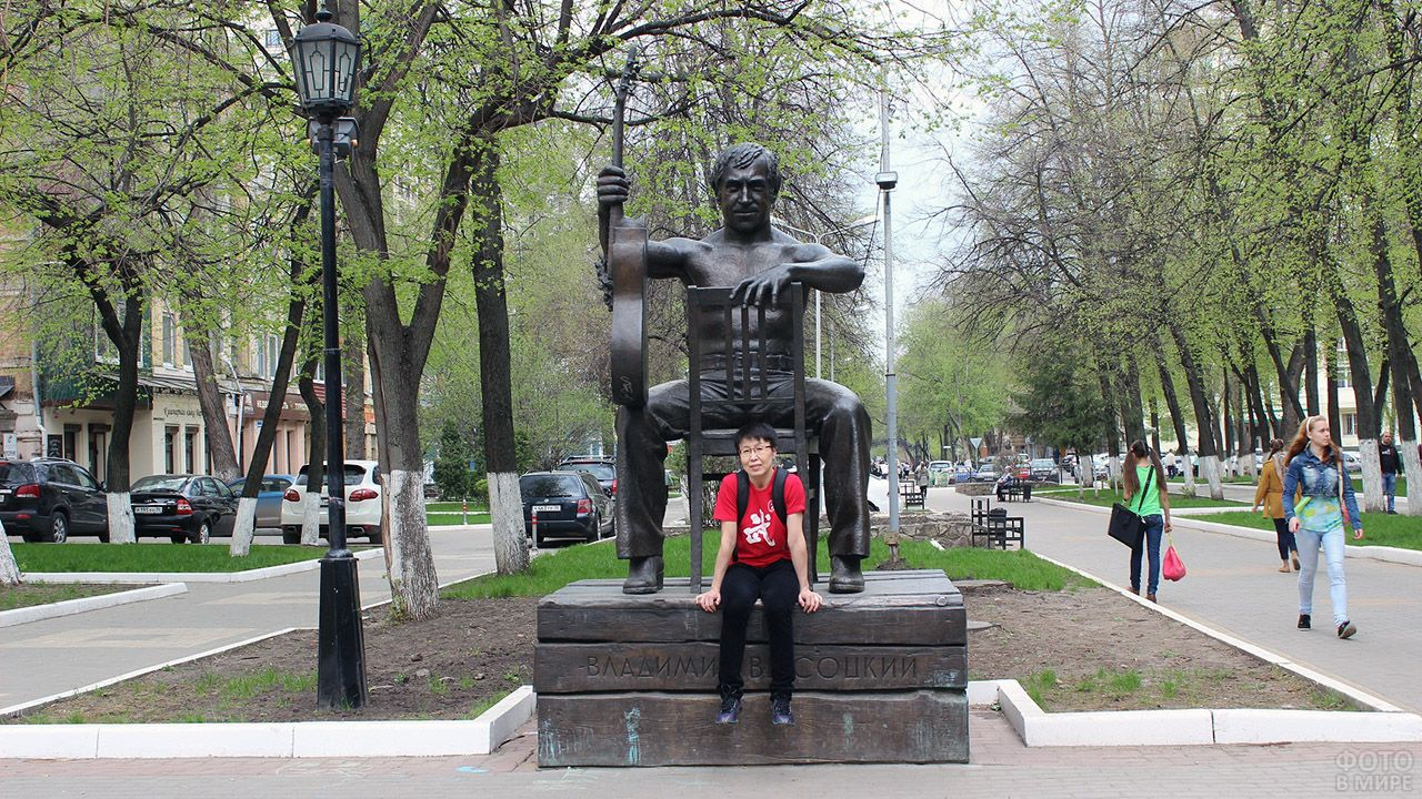 Туристка у памятника Владимиру Высоцкому в Воронеже