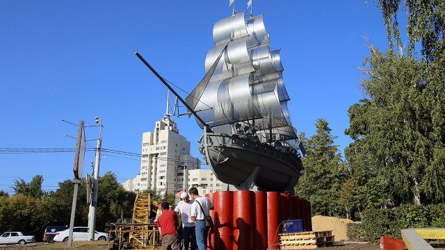 Установка памятника кораблю Меркурий в Воронеже
