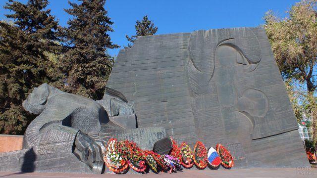 Венки у мемориала братской могилы Памятник Славы