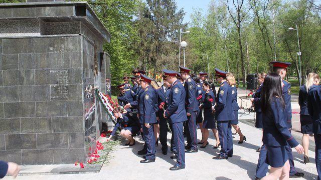 Возложение цветов к воронежскому мемориалу Братская могила