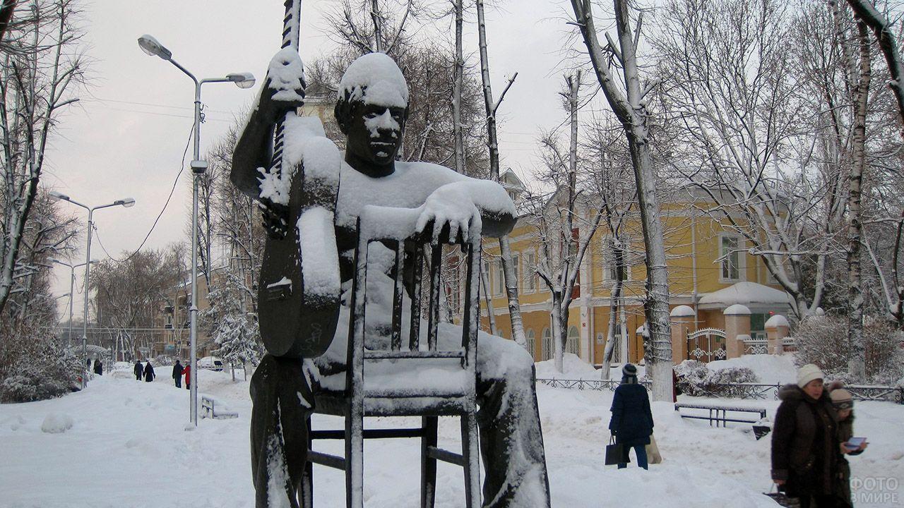 Занесённый снегом памятник Владимиру Высоцкому в Воронеже