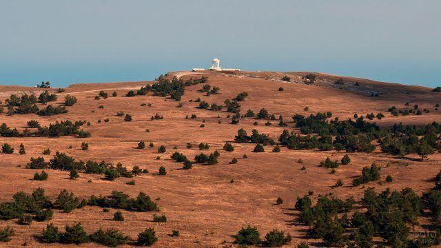 Белая ротонда на вершине Гурзу-яйла в Крыму