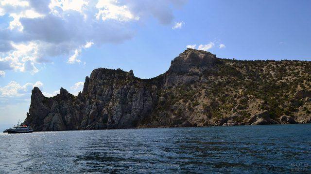 Белый пароход на фоне крымской горы