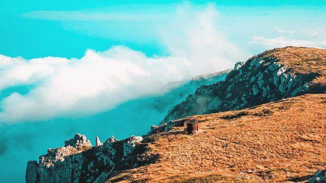 Гора Чатыр-Даг над туманным Крымом