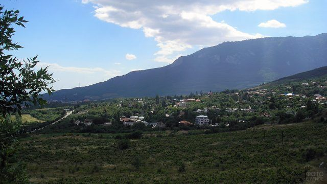 Крымское село на фоне горы