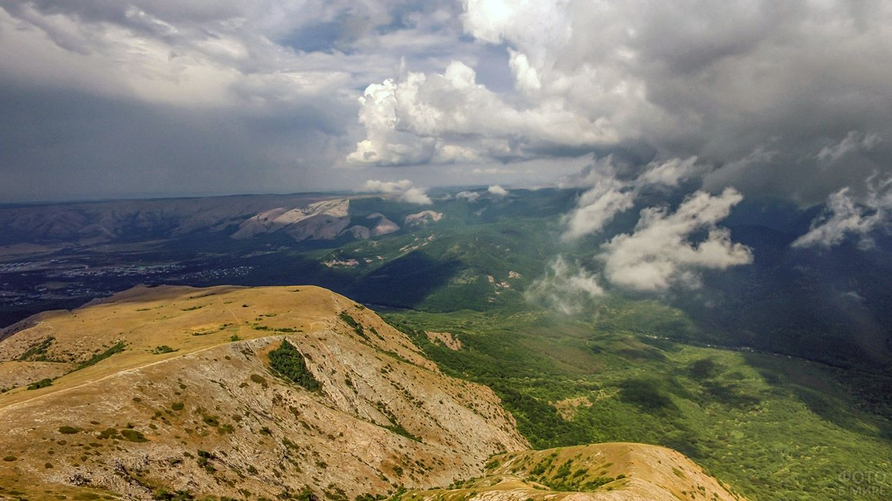 Облака над вершиной горы Чатыр-Даг в Крыму
