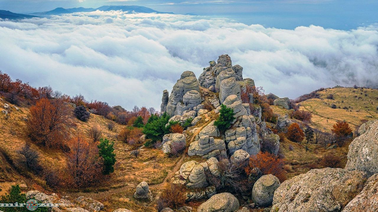 Осенний склон Демерджи-яйла над облаками в Крыму