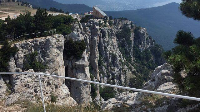 Перила на горной вершине в Крыму