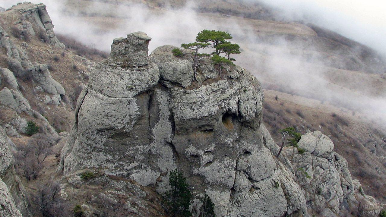 Скалы крымской Демерджи-яйла среди облаков