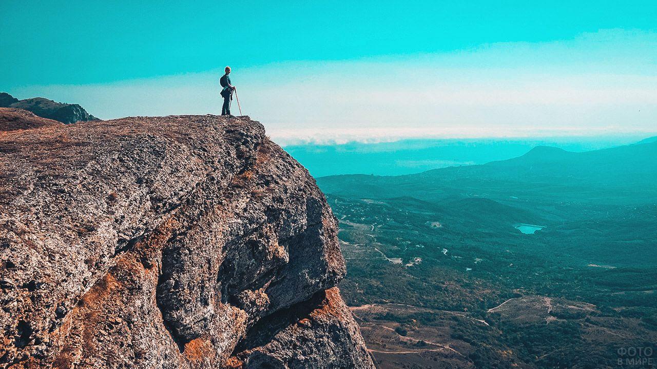 Турист на вершине крымской горы Чатыр-Даг