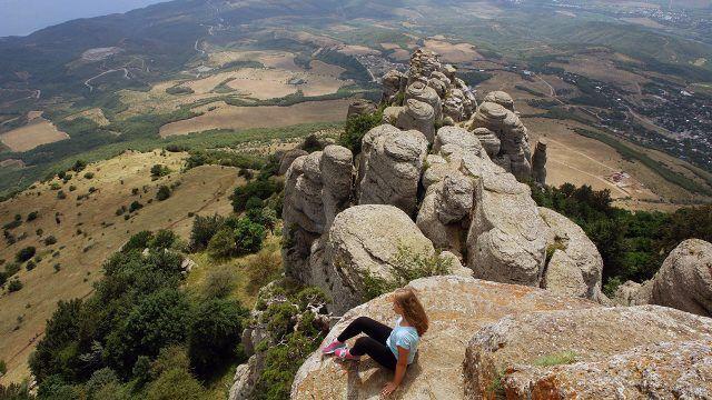 Туристка над пейзажем Крыма с вершины Демерджи-яйла