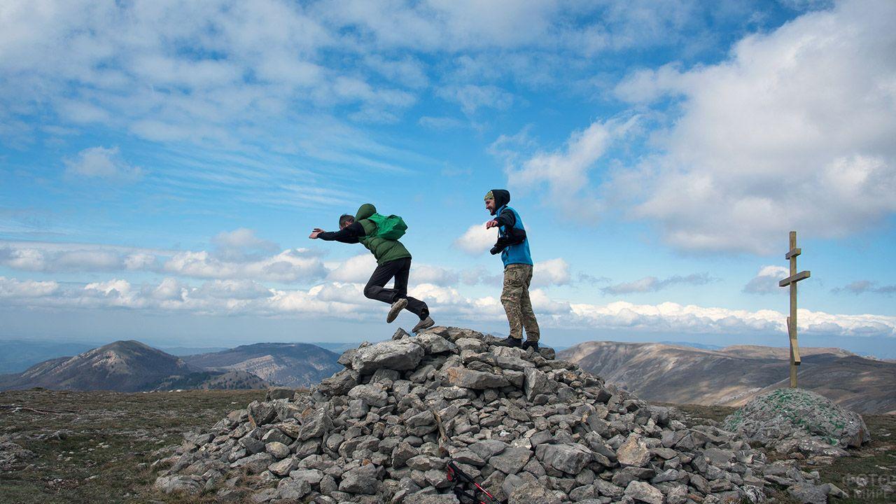Туристы позируют на самой верхней точке крымских гор - Роман-Кош