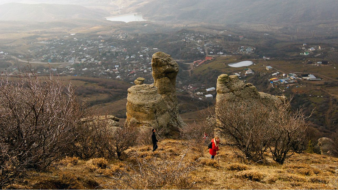 Туристы в крепости Фуна на Южной Демерджи горе в осеннем Крыму