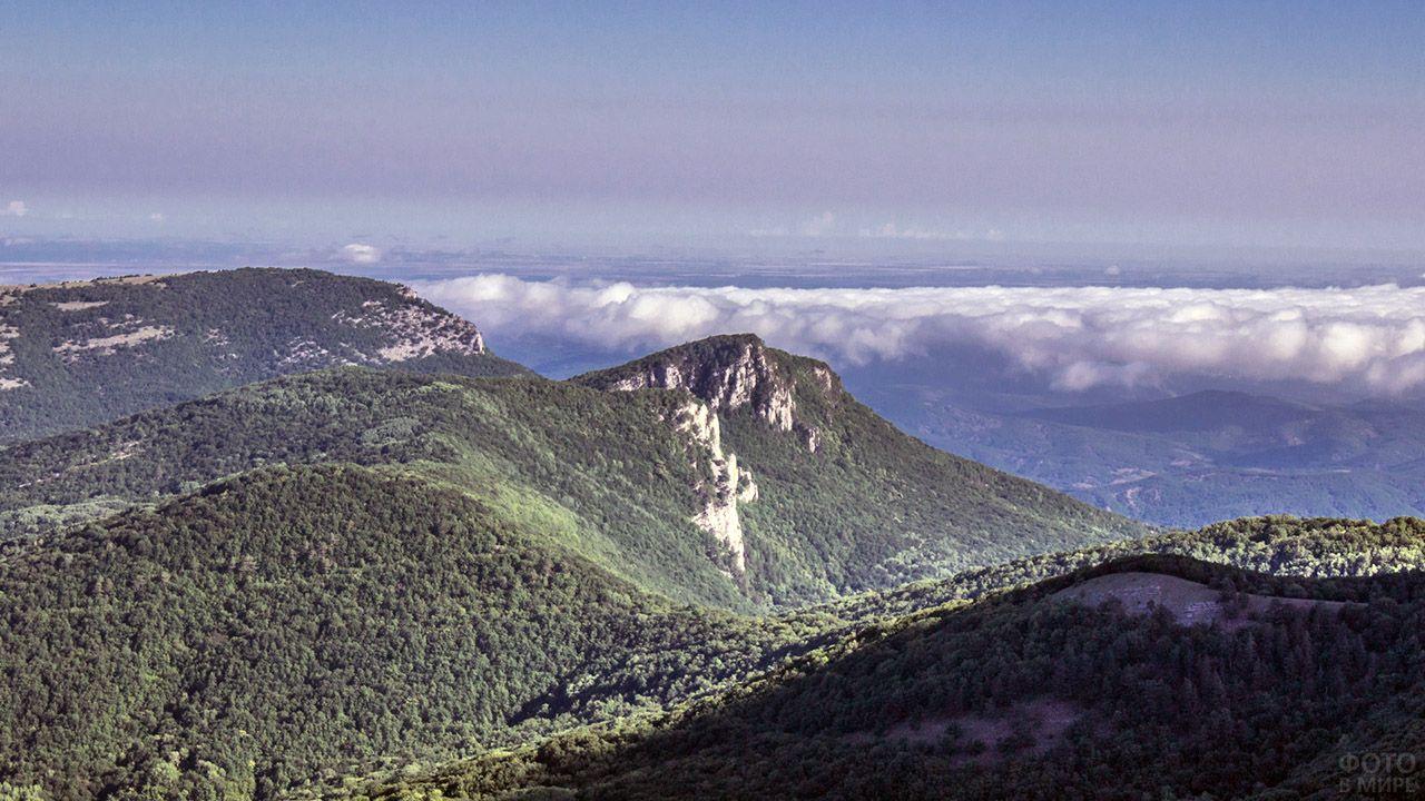 Вершина Ай-Петри над горизонтом Крыма