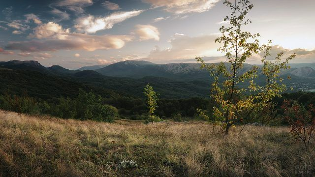 Вершина крымской горы Чатыр-Даг в лучах заката