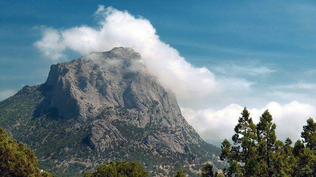Вершина крымской горы Сокол утопает в облаке