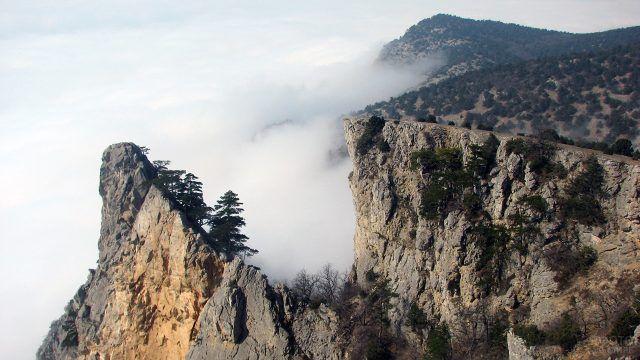 Вид на туман с горы Коки-Кая в Крыму