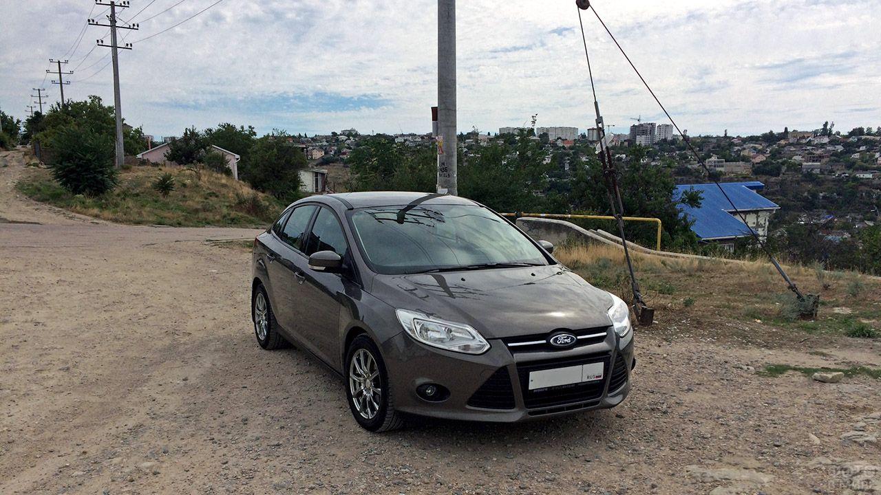 Форд Фокус 3 на возвышении в простом российском городке