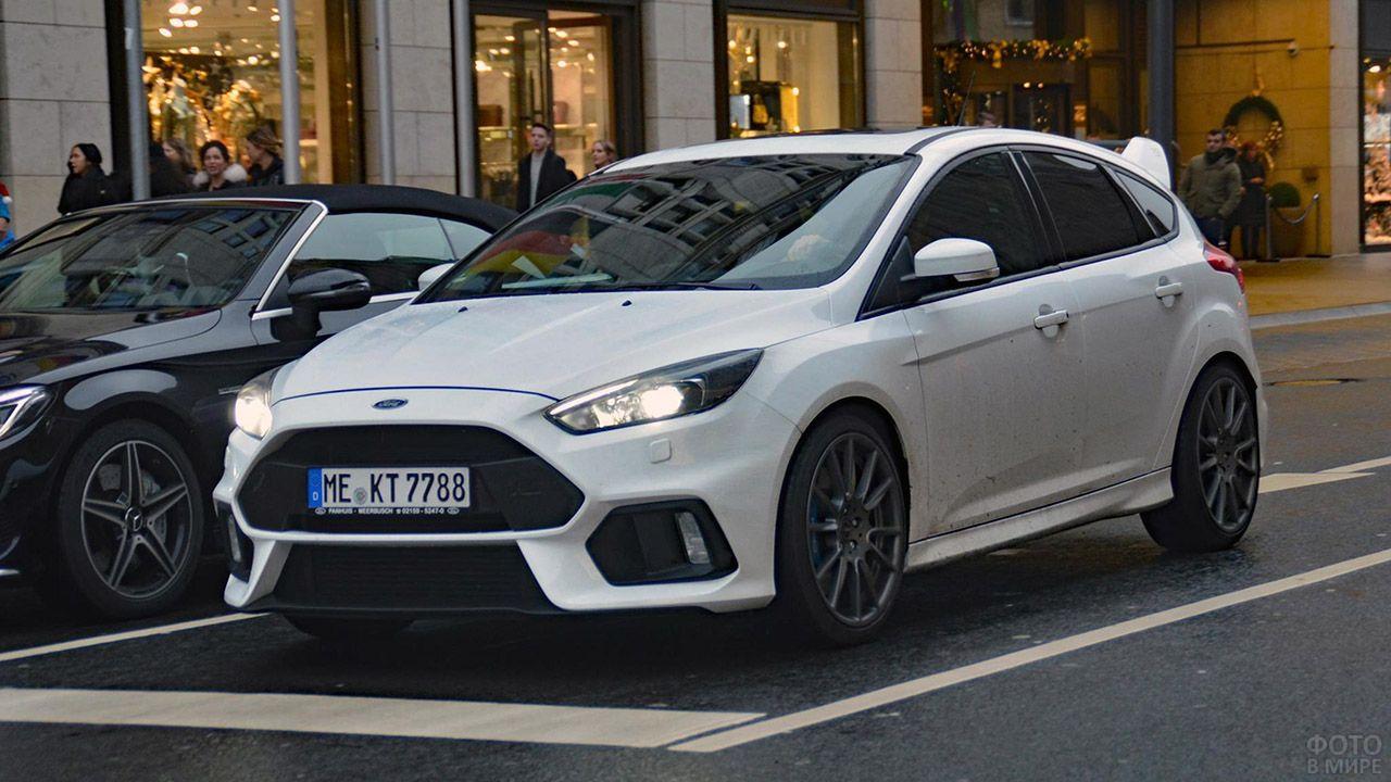Форд Фокус RS на улице мегаполиса