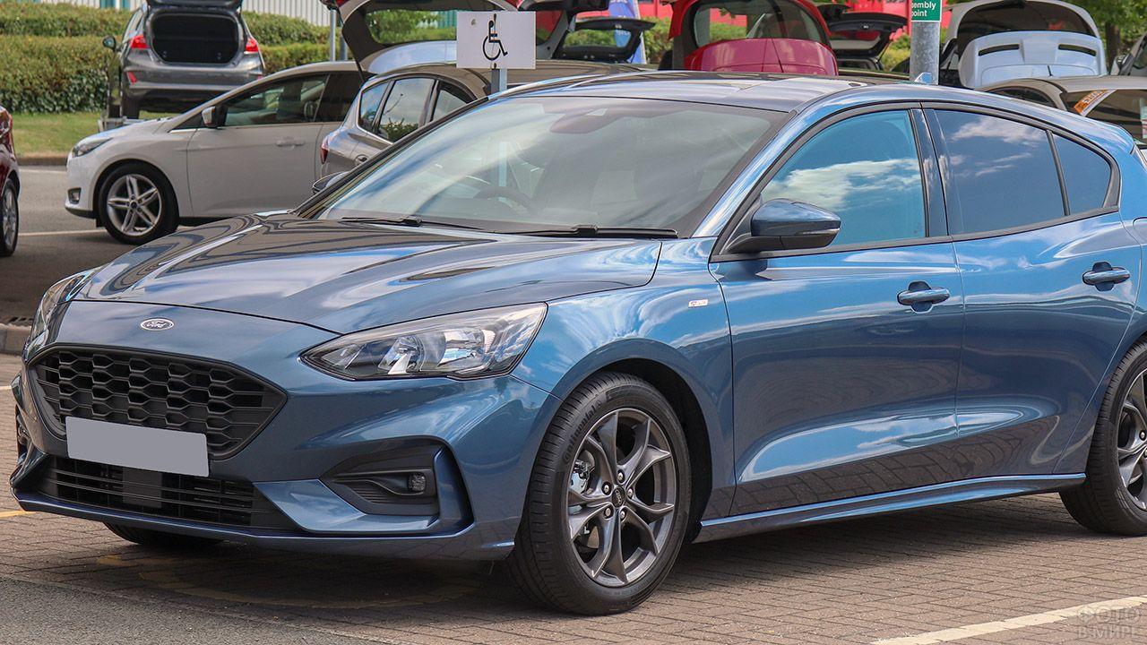 Форд Фокус ST 2018 года на парковке