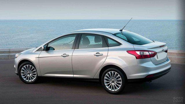 Форд Фокус третьего поколения на фоне моря