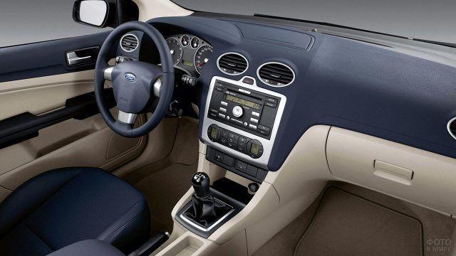 Интерьер седана Форд Фокус 2004 года