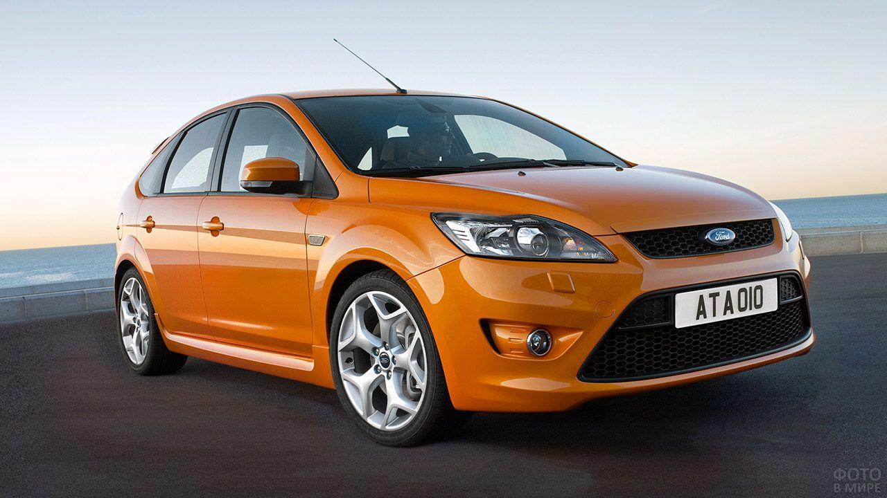 Оранжевый Форд Фокус 2 RS на фоне моря