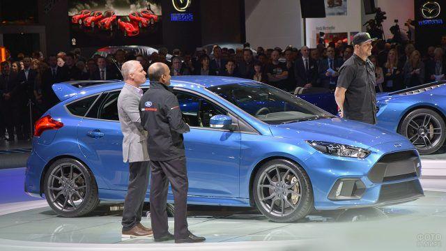 Синий Форд Фокус RS на стенде международного автосалона