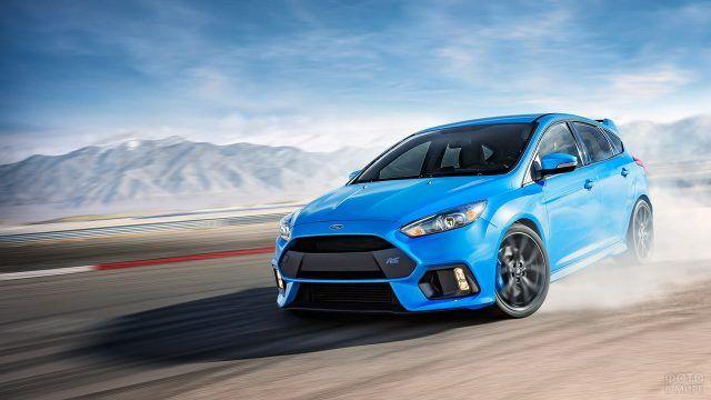 Синий хэтчбек Форд Фокус на трассе