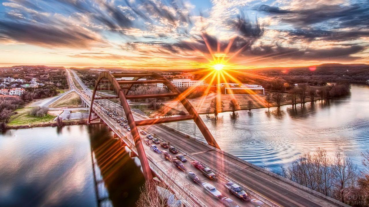Автомобильный мост в лучах заката