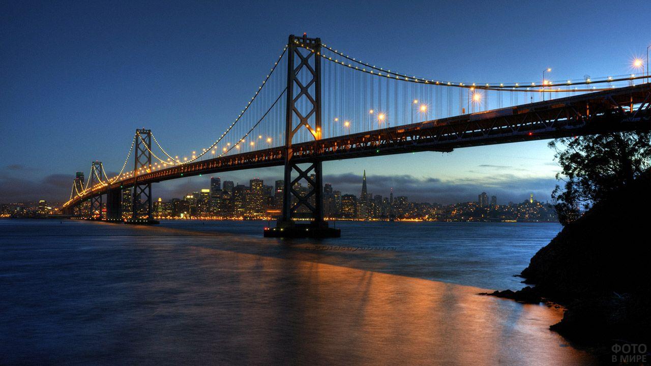 Мост между Сан-Франциско и Оклендом в ночных огнях
