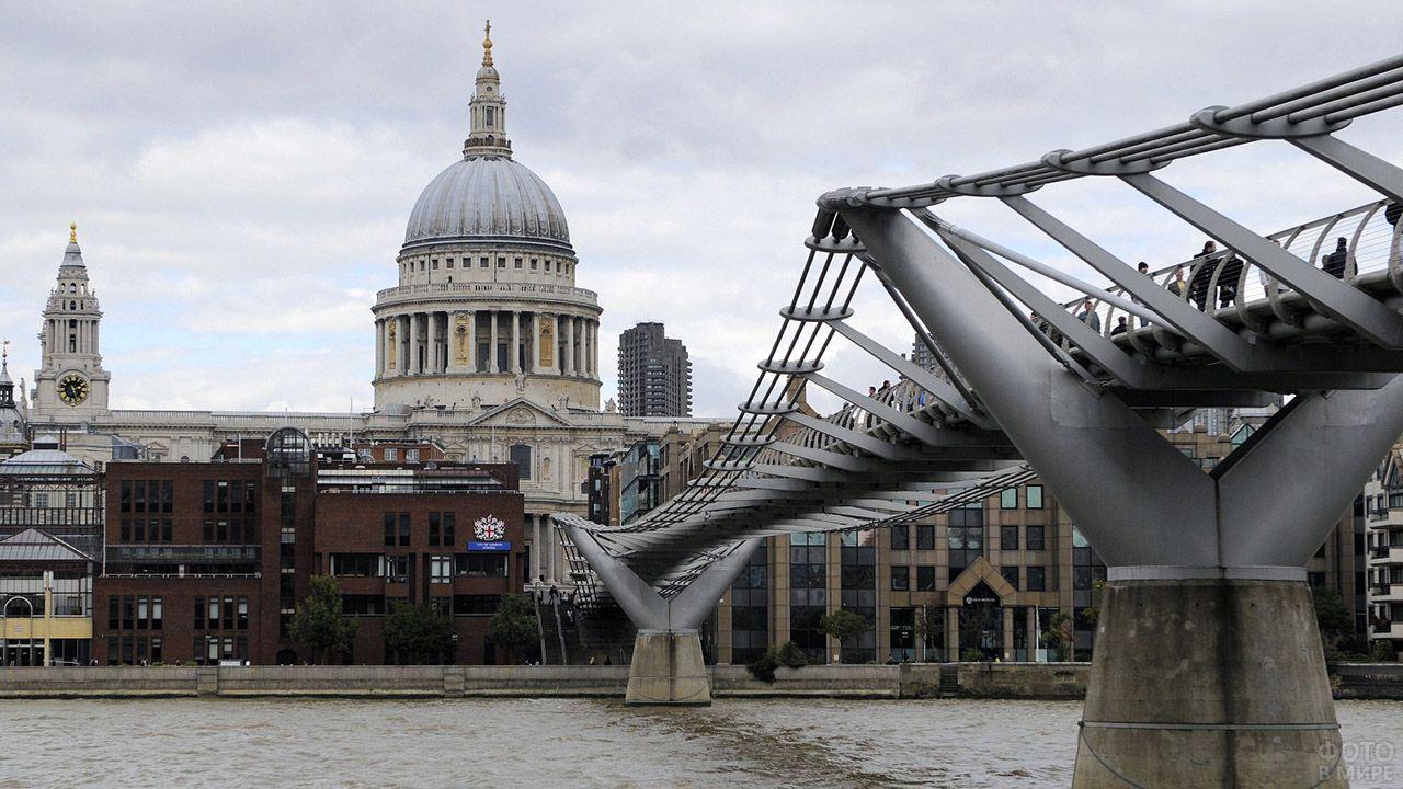 Мост Тысячелетия с видом на Собор святого Павла в Лондоне