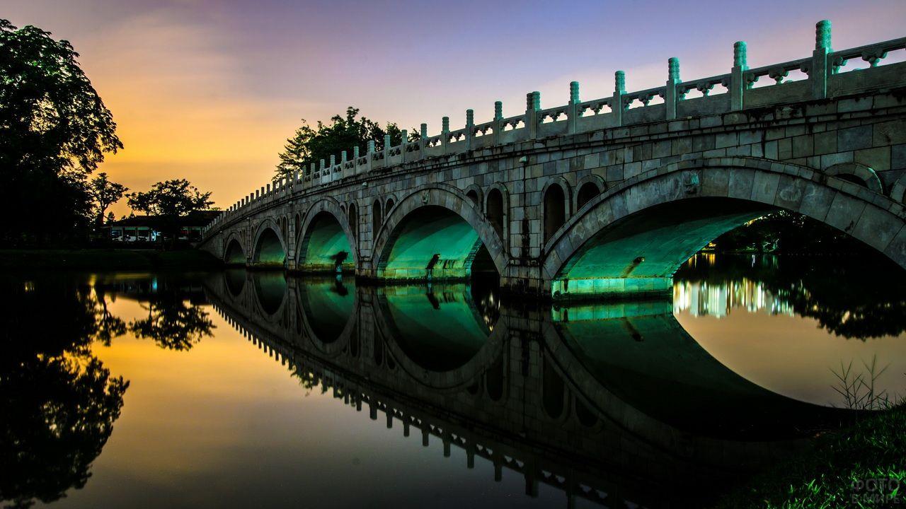 Старинный мост с ночной подсветкой