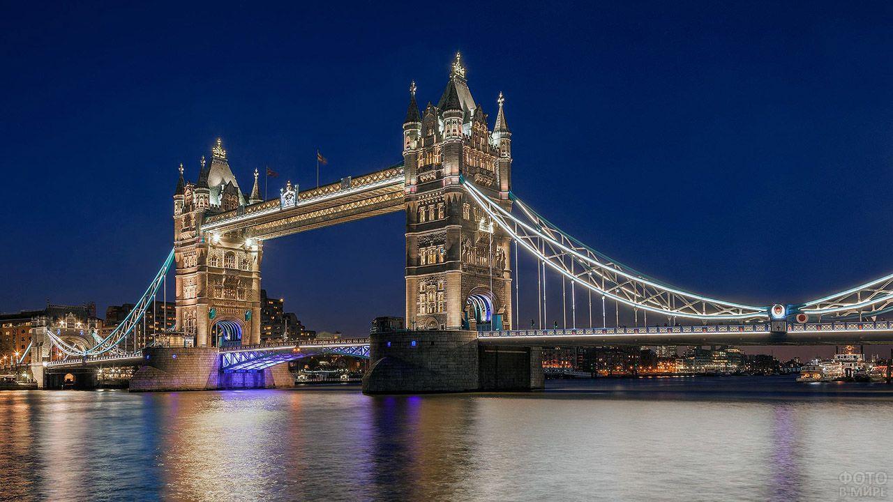 Тауэрский мост через Темзу в ночном Лондоне