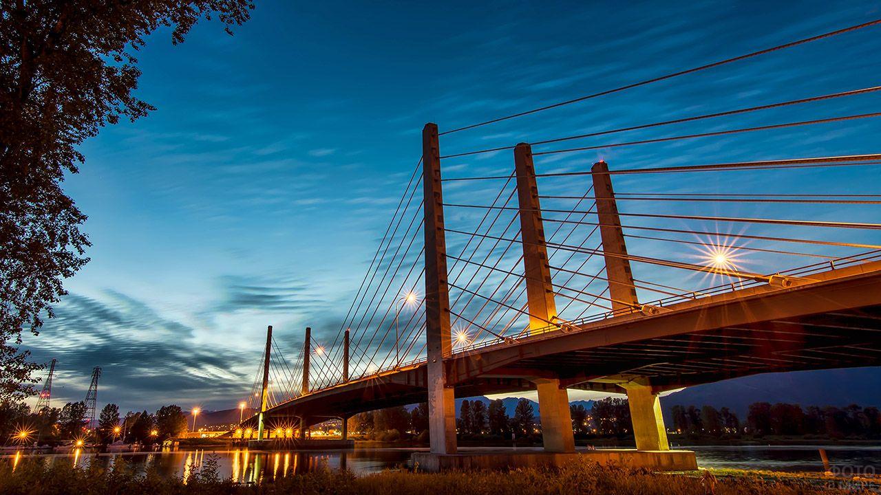 Вантовый мост в ночном Ванкувере