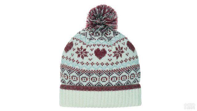 Белая вязаная шапка с рождественским узором и помпоном